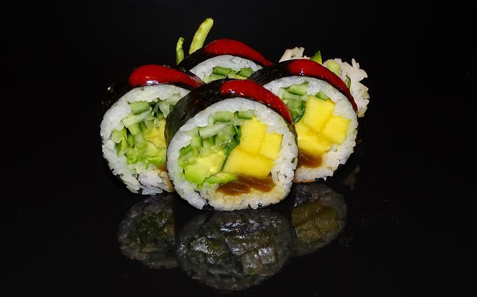 Futomak z awokado, mango, miętą, ogórkiem i konfiturą malinowo-imbirową