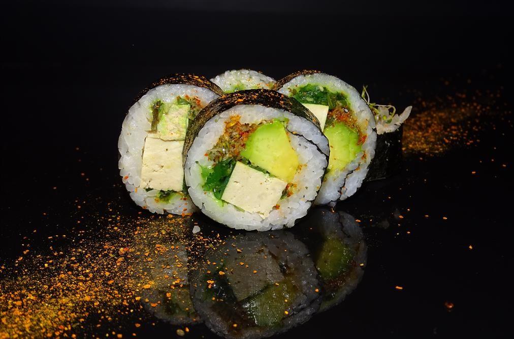 Futomak z tofu, awokado, gome wakame, kiełkami i schicimitogarashi