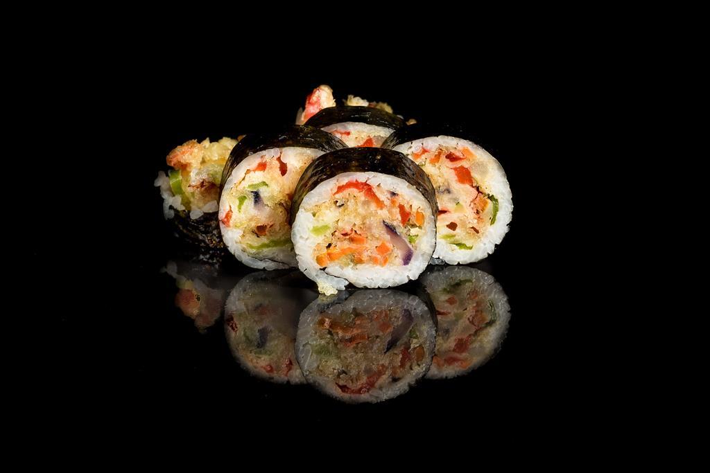 Futomak z papryką, cebulą, grzybami shimey w cieście z veganmajo (Large)